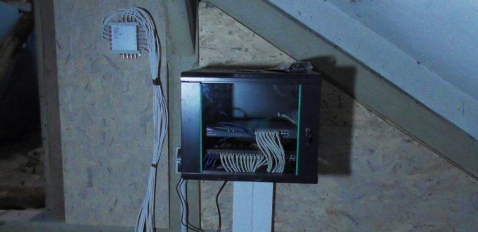 Netzwerkschrank fertig angeschlossen